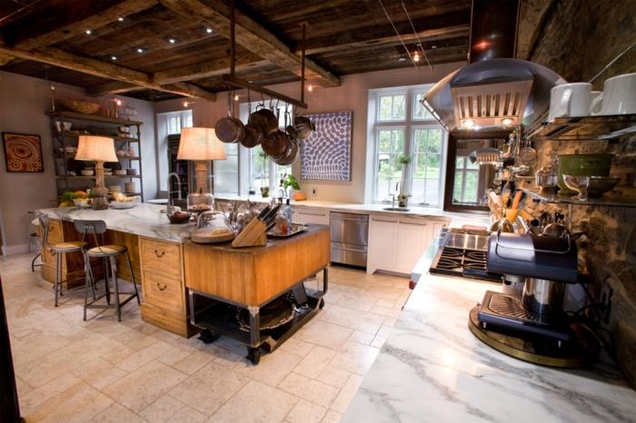 barra americana, cocina acogedora en estilo rústico con muebles vintage, lámparas empotradas en el techo, muchas ventanas