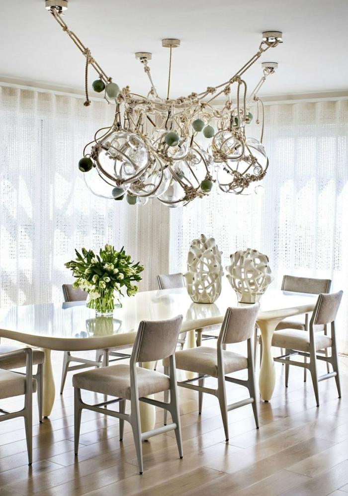 mesas de comedor moderno, comedor en beige y blanco con acento en la araña super moderna, decoración de flores