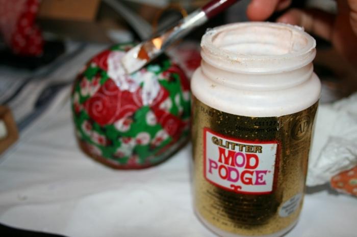 bolas de colores, pasos para elaborara un ornamento navideño hecho a mano con decoupage, telas con dibujos navideños
