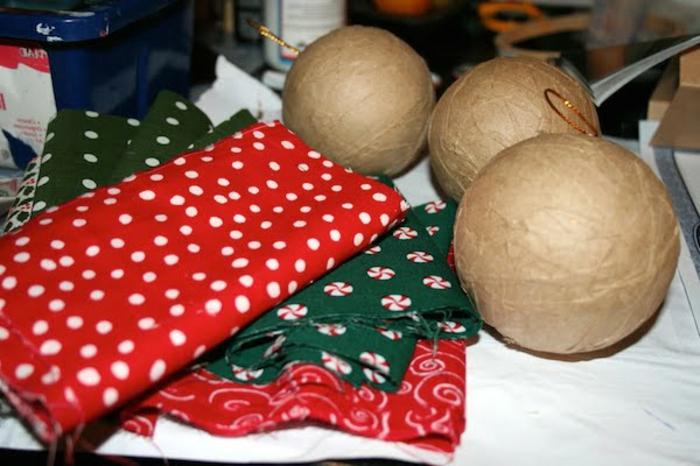 bolas de colores, materiales para hacer unas esferas decorativas caseras, telas de diferentes colores y estampados, bolas e cartón