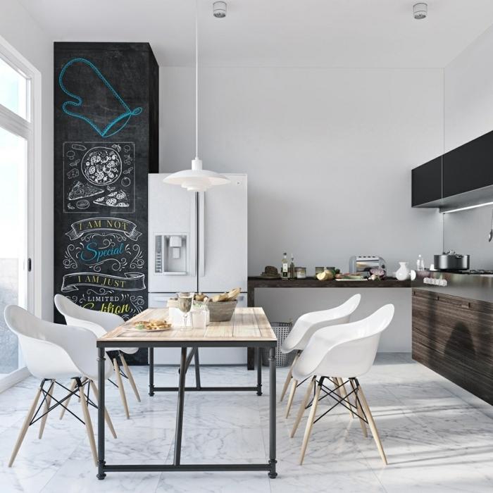 comedores modernos, comedor en la cocina en estilo industrial, grande pizarra, mesa moderna en ruedas y encimera de madera