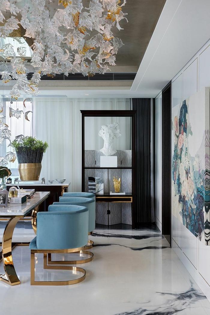 salon comedor, comedor refinado con ornamentos, sillas azules de peluche con parte dorada, grande pintura en la pared