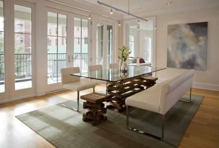 muebles de salon modernos, grande comedor con sillas y bancos tapizados en piel en blanco y pequeñas sillas de madera, lámparas modernas