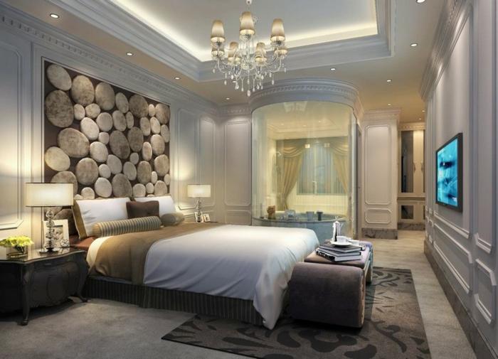 cabeceros de cama, habitación espaciosa con techo alto y elementos vintage, candelabro elegante con techo alto