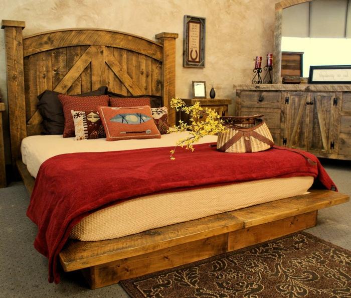 cabezales cama, dormitorio rústico en tonos cálidos, muebles de madera y paredes en beige, cama masiva con cabecero en arco, suelo con moqueta
