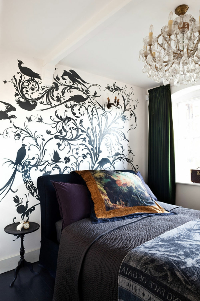 vinilos pared, decoración de dormitorio clásica con lámpara de araña, vinilo en pared entera con ramos y pavos reales