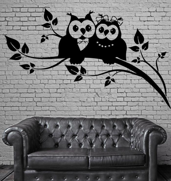 vinilos pared, decoración de salones, vinilo con buhos negros sobre ladrillo blanco, decoración industrial, sofá de piel gris