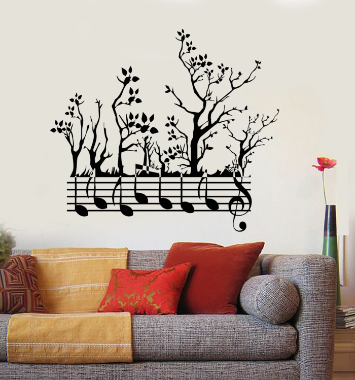 vinilos pared, vinilo con árboles y pentagrama para amantes de la música, decoración de salones con sofá y cojines