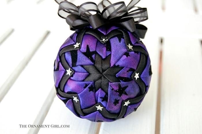 bola navidad, ejemplo exquisito en negro y lila, bola cubierta de tela satén, preciosa cinta en negro