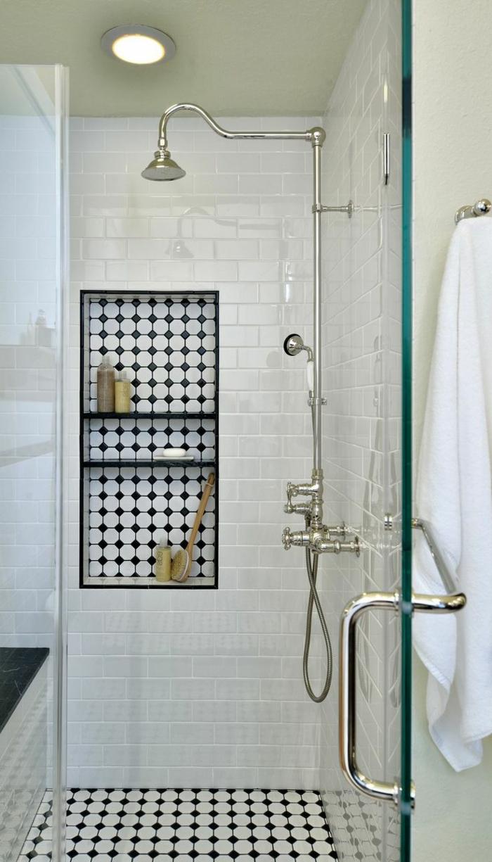 cuartos de baño con ducha, baño pequeño con baldosas en blanco y negro, nichos en la pared, puerta de vidrio, ducha vintage