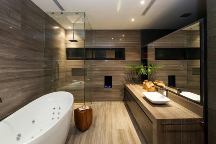 cuartos de baño con ducha, baño con suelo y paredes laminados, bañera, espejo grande y ducha de obra con efecto lluvia, mampara de vidrio