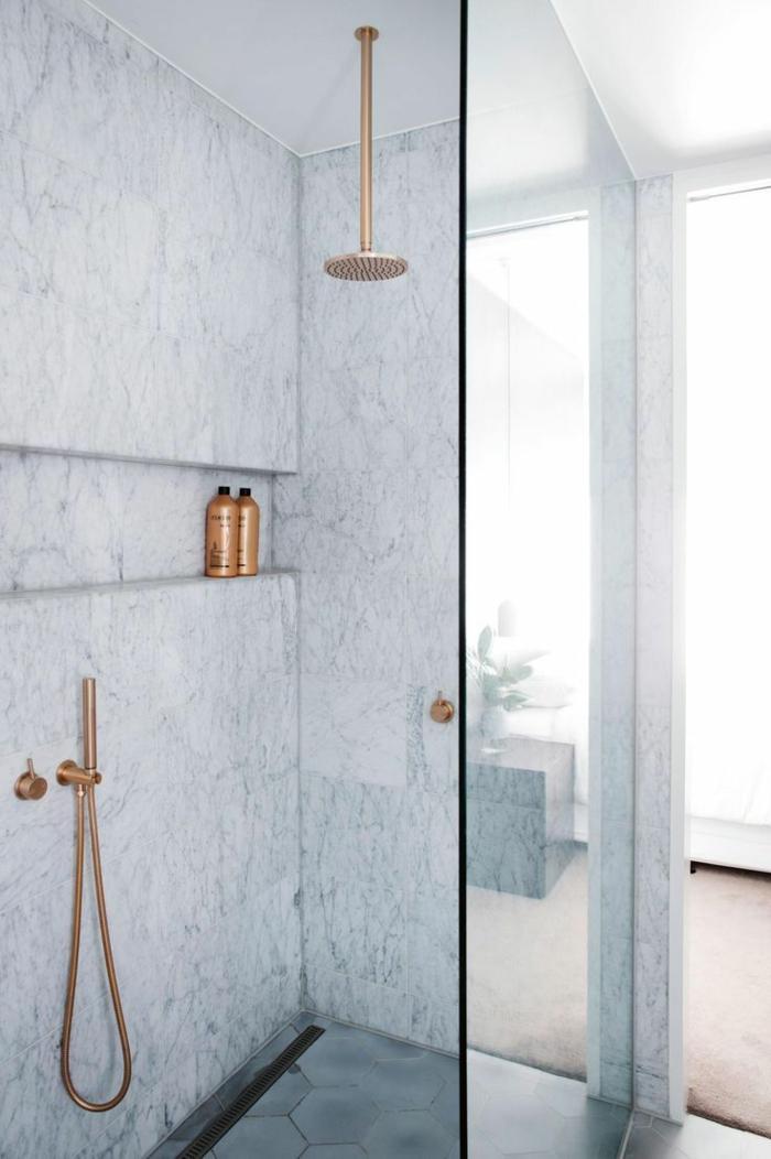 cuartos de baño con ducha, ducha de obra con paredes de mármol, ducha dorada, mampara de vidrio, suelo con baldosas
