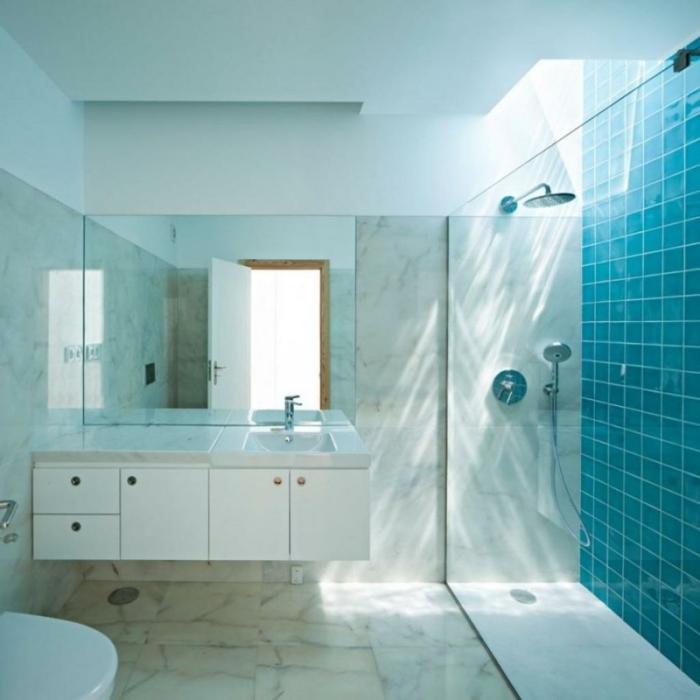 cuartos de baño con ducha, baño con ducha de obra con efecto de lluvia, suelo con granito, azulejos color azul, mampara de vidrio