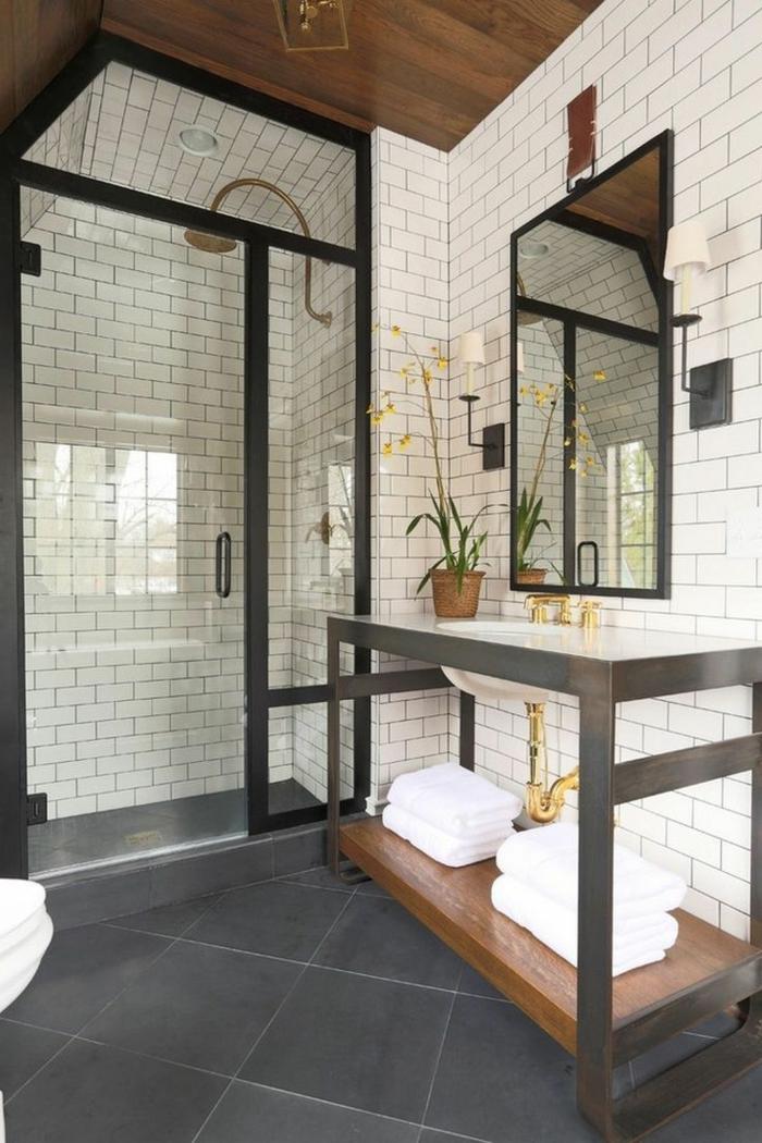 cuartos de baño con ducha, ducha de obra separada con vidrio, techo inclinado, pared con baldosas blancas, espejo grande, mueble bajolavabo