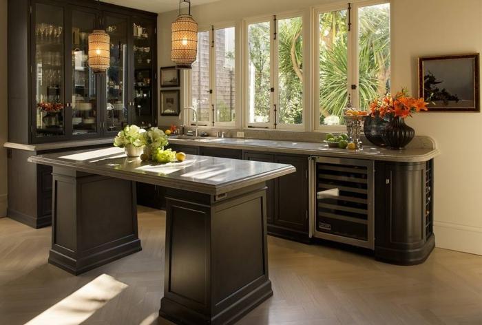 barras de cocina, cocina en gris con barra clásica, decoración de flores y ventanas que dan al jardín