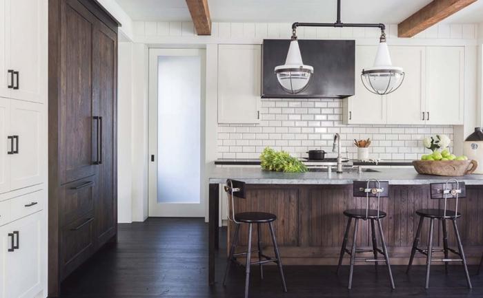 salon cocina, cocina simple en marrón y blanco, tres sillas de barra, techo con vigas de madera