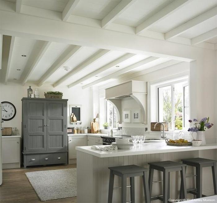 barras de cocina, cocina en blanco y gris con aire provenzal, techo con vigas de madera en blanco
