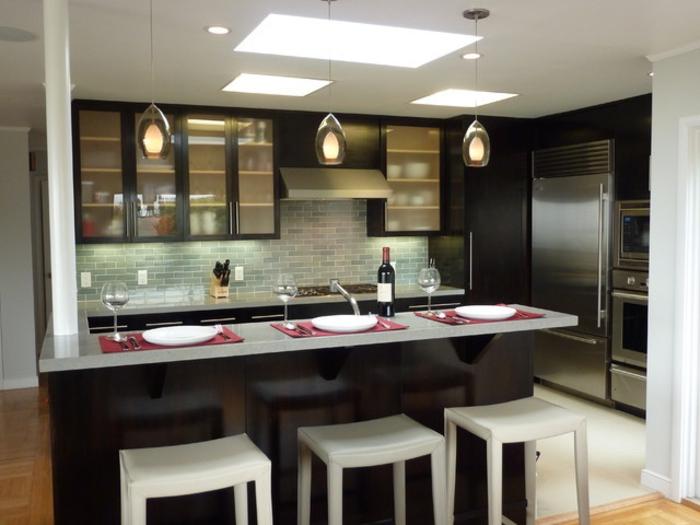 salon cocina, cocina americana clásica en blanco y negro con lámparas originales y tres sillas de barra en blanco