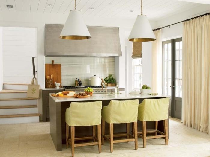 salon cocina, cocina peqeuña en gris con sillas en verde, lámparas grandes en forma de cono y cortinas aireadas en tono pastel