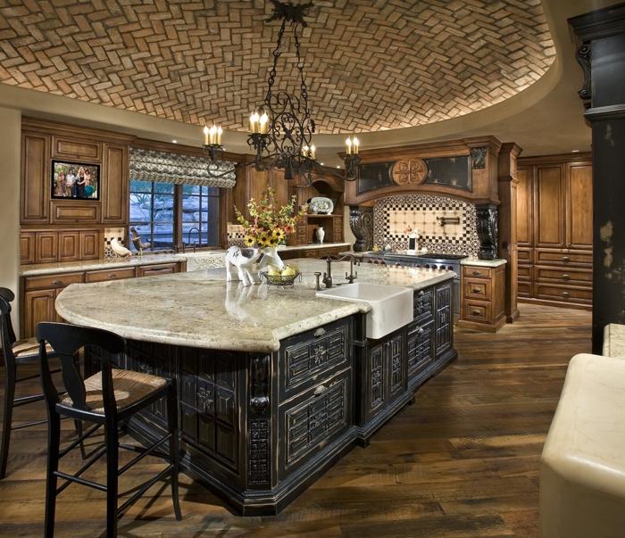 salon cocina, cocina de lujo con techo original y impresionante, grande barra con lavabo de madera masiva con ornamentos, suelo de parquet y candelabro vintage