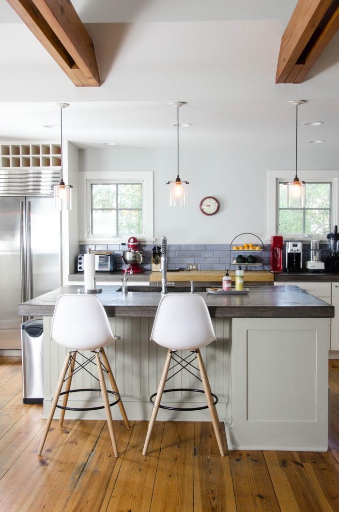 salon cocina, cocina moderna en blanco, barra cuadrada con lavabo y encimera en gris, dos sillas altas modernas