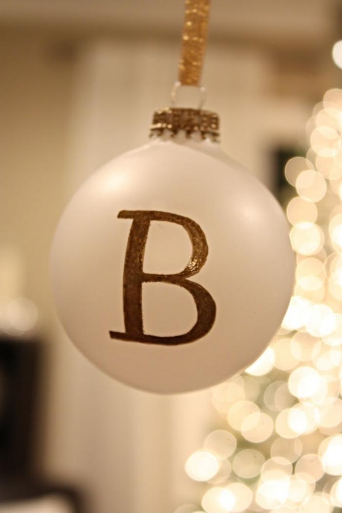 bola de navidad, precioso adorno navideño de vidrio en blanco con iniciales en dorado, cinta brillante dorada