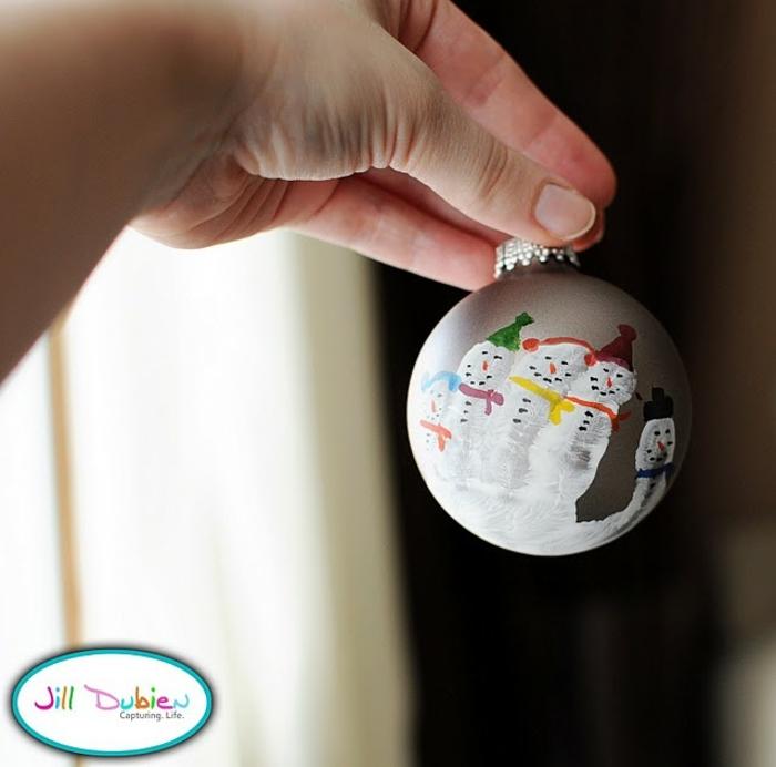 decoracion navideña casera, manualidades faciles para niños, decoración de monigotes de nieve en una bola de vidrio
