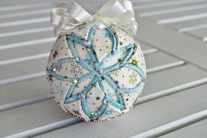 como hacer bolas de navidad, preciosa esfera cubierta de satén en tonos claros, adorno con lentejuelas en blanco y azul