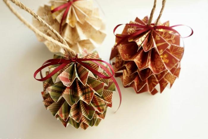 bolas de navidad, precioso adorno hecho de papel en pliegues, manualidades navideñas de papel fáciles de hacer