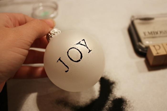 decoración navideña casera, adorno discreto y refinado hecho de purpurina en negro, bonita manualidad para Navidad