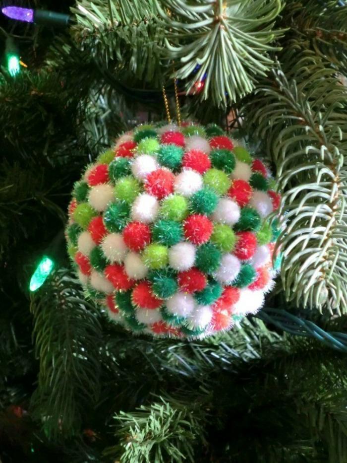 decoracion navideña casera, pompom casero en verde, rojo y blanco hecho de pequeñas bolas de lana