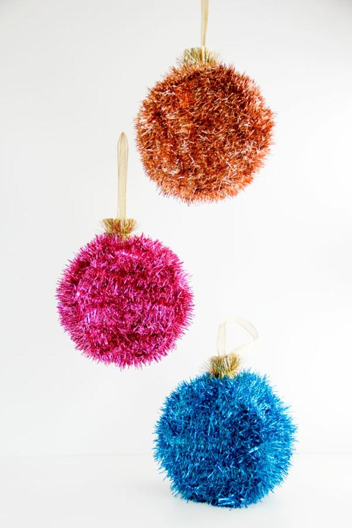 adornos de navidad caseros, bolas navideñas con toque disco, tres esferas en naranja, fuchsia y azul, bolas brillantes