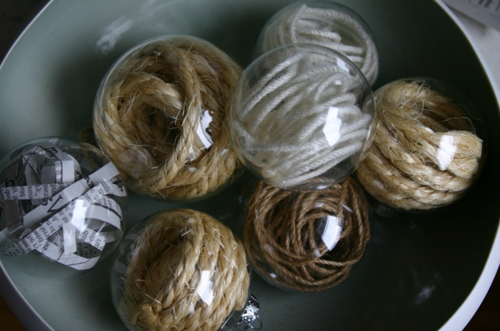 adornos de navidad caseros, esferas de vidrio transparentes llenas de hilos colocados en espiralas