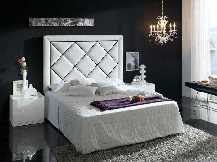 cabecero de madera, propuesta clásica, cuadro en blanco y negro con un candelabro vintage, suelo de mármol con alfombra gris
