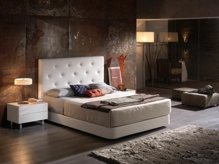 cabeceros, habitación con aire industrial, paredes con efecto desgastado, cabecero de piel en beige, salón espacioso con suelo de parquet