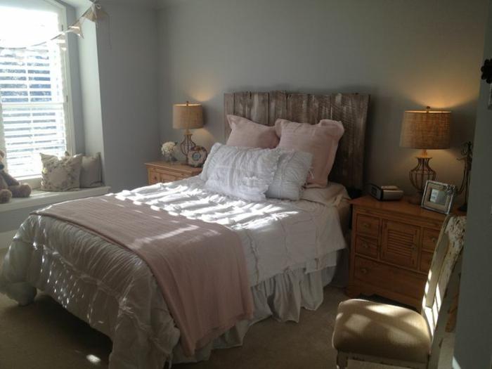cabeceros de cama originales, habitación en estilo provenzal con elementos rústicos, cama de medio tamaño con cabecero de madera hecho a mano