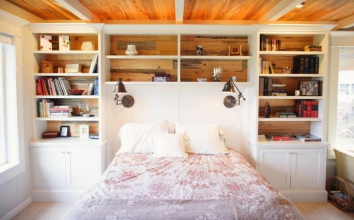 cabeceros originales, precioso armario de madera blanca empotrado a la cama, habitación acogedora con techo de madera