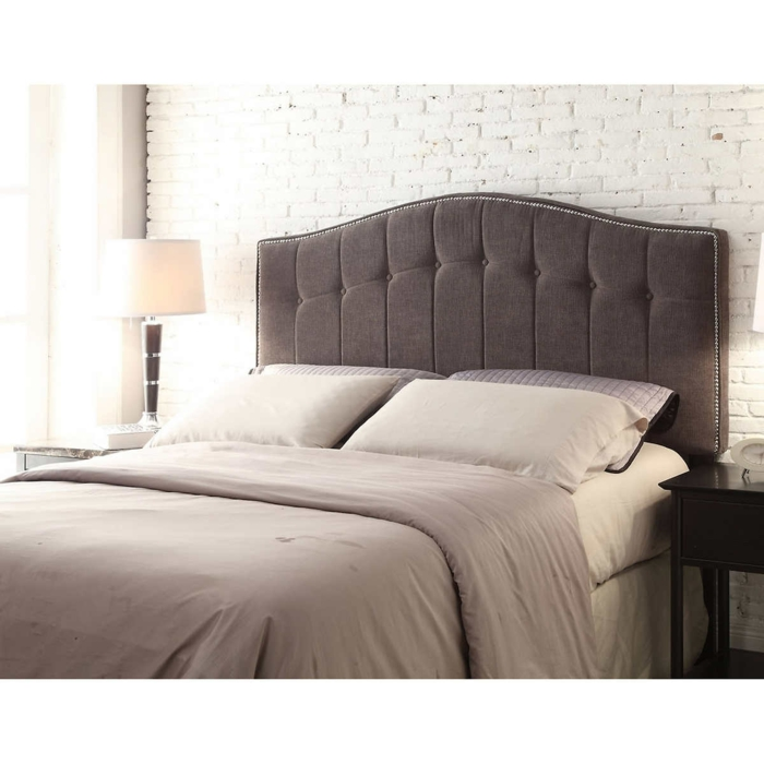 cabeceros cama, propuesta clásica en gris oscuro, cama doble de medio tamaño, paredes en blanco de ladrillos pequeños