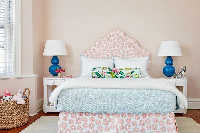 cabeceros cama, habitación en estilo provenzal, ambiente acogedor, cama y cabecero en estampado de flores