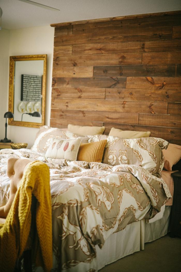 cabecero cama, dormitorio rústico con vigas de madera, ambiente en colores cálidos, espejo vintage, cama doble de grande tamaño