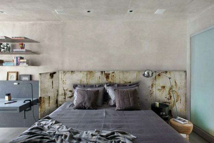 cabecero cama, idea muy vintage para un dormitorio espacioso, estantes flotantes, cabecero de madera de materiales reutilizados
