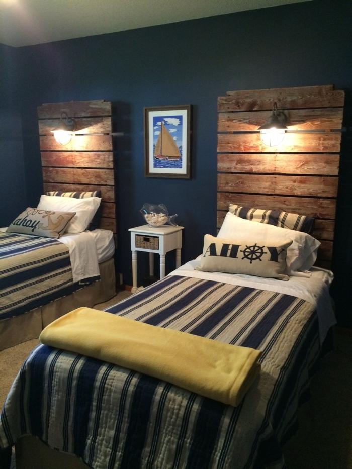 cabecero cama, cama en estilo navy, elementos de rayas en blanco y azul, cabezales de madera, cuadro marinero y paredes pintadas en azul