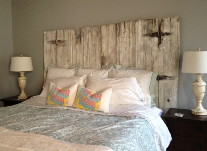 cabezales de cama, lecho con cabezal de madera vintage, idea simple para decorar una habitación, cama doble con muchas almohadas y cojines