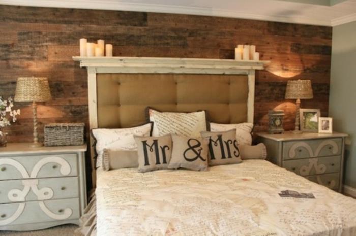 cabezales de cama, habitación en estilo clásico con muebles antiguos, pared tapizada con madera y velas decorativas