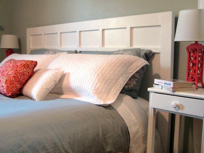 cabezales de cama, cabecero tradicional de madera en blanco, cama matrimonio con interesantes detalles en rojo