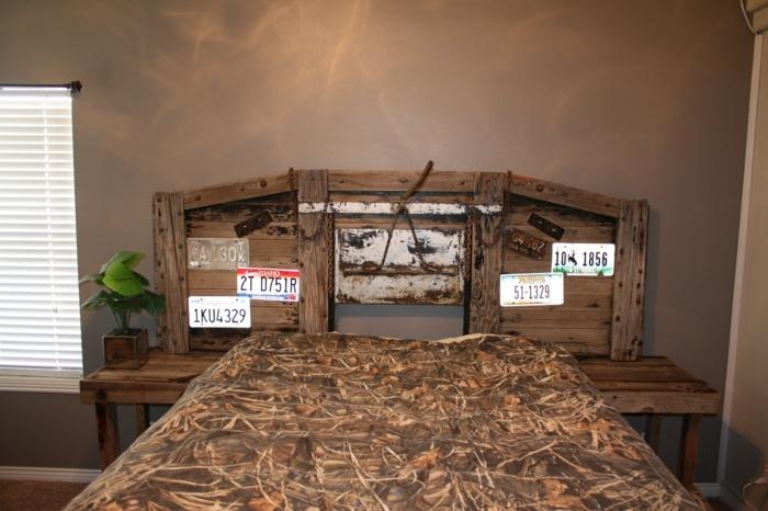 cabezales de cama, idea actual y muy divertida para los aficionados a los coches, cabezal de madera decorado de matrículas