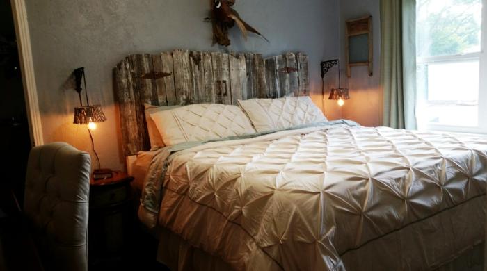 cabecero de madera, idea vintage para cabezales hechos a mano, paredes en gris, habitación oscura con dos lamparas de diseño interesante
