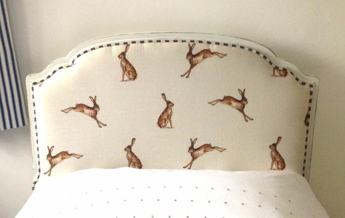 cabeceros de cama, idea muy original para la habitación infantil, cabezal con estampado de conejos en fondo beige en una cama individual