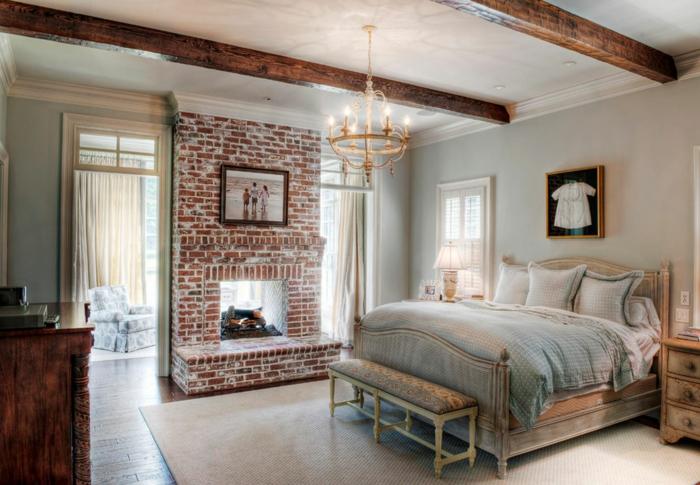cabeceros, bonita habitación con detalles de madera, chimenea alta, cuadros con dibujos infantiles, candelabro vintage