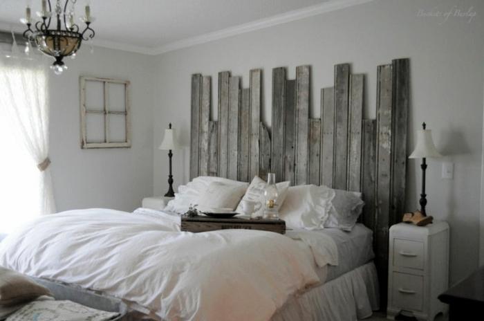 como hacer un cabecero, dormitorio en blanco con accesorios de madera y cabecero con toque vintage, cobijas de volumen, cuarto luminoso